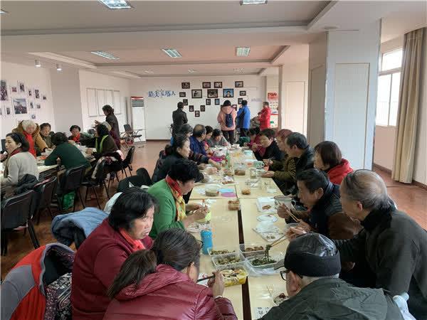 金山公益志愿者团队邀请百名老人一起欢度腊八节